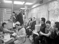 太平人寿贵州分公司工会近日组织无偿献血活动,该公司职工踊跃参与。献血活动在贵阳市区内的采血车进行,近30名太平人寿职工以最佳状态献上自己的热血。